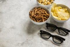 Le cinéma et la TV whatching avec des miettes, des frites et le maïs de bruit lapident la maquette de fond Photo stock