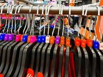 Le cintre classé différent avec la taille colorée de robe étiquette XL L T-shirts de M XS montrés dans la boutique à vendre image libre de droits