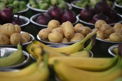 Le ciotole fresche delle patate su un mercato dell'ortaggio da frutto si bloccano Fotografia Stock