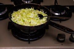 Le cipolle dorate hanno fritto in una pentola fotografia stock libera da diritti