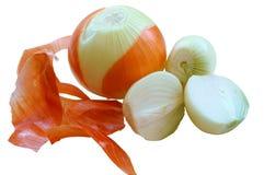 Le cipolle liberate dalla buccia, dalla cipolla e dalla sua pelle, metà hanno sbucciato la cipolla immagini stock