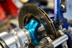 Le circuit de freinage hydraulique avec des pistons et le disque sur une concurrence disparaissent photographie stock libre de droits