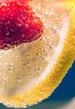 Le citron avec le bicarbonate de soude de fraise photos stock