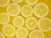 Le citron découpe la configuration en tranches Photos stock
