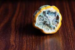 Le citron dans le moule sur la table Photos libres de droits
