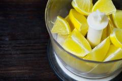 Le citron dans le mélangeur Cuisson de la boisson de citron Image libre de droits