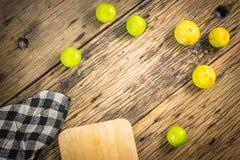 Le citron de vue supérieure est placé sur la vieille table en bois Photo stock