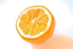 Le citron juteux et coupé en tranches se trouve sur la table image stock