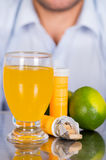 Le citron, les pilules de la vitamine C et un verre de vitamine C se sont dissous au-dessus de la table photos libres de droits