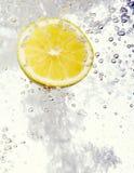 Le citron a relâché dans l'eau Image libre de droits