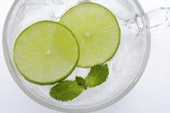 Le citron vert découpe l'éclairage en tranches mince de cercle de modèle photo libre de droits
