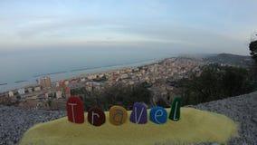Le città ed il mare di Timelapse abbelliscono con la parola di viaggio composta con le pietre colorate archivi video