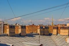 Le city& x27 ; dessus de toit de s contre le ciel Images stock
