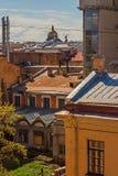 Le city& x27 ; dessus de toit de s contre le ciel Photos libres de droits