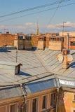 Le city& x27 ; dessus de toit de s contre le ciel Photo libre de droits