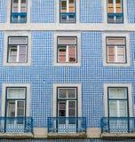 Le classique du Portugal couvre de tuiles les portes historiques Images libres de droits