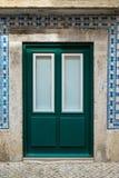 Le classique du Portugal couvre de tuiles les portes historiques Image libre de droits