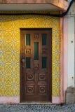 Le classique du Portugal couvre de tuiles les portes historiques Image stock