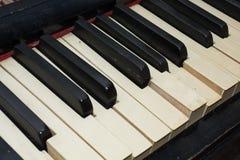Le clavier, clés du vieux piano cassé avec un vintage sentent le backg Image stock