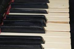 Le clavier, clés du vieux piano cassé avec un vintage sentent le backg Photographie stock