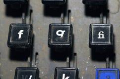 Le clavier de linotype marque avec des lettres f, g, plan rapproché de clés de fi image libre de droits