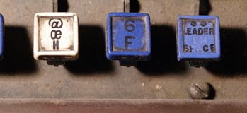 Le clavier de linotype marque avec des lettres h, plan rapproché de clés de f images stock