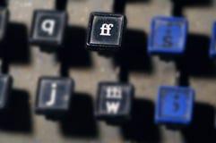 Le clavier de linotype marque avec des lettres la tache floue de plan rapproché de clés de FF photographie stock libre de droits