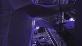 Le claviste joue sur plusieurs instruments de musique à un concert en tant qu'élément d'un groupe musical Fin vers le haut clips vidéos