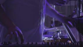 Le claviste joue sur plusieurs instruments de musique à un concert en tant qu'élément d'un groupe musical Fin vers le haut Mouvem banque de vidéos