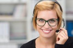 Le client amical de sourire entretient l'assistant photographie stock
