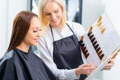 Le client choisit la teinte parfaite de cheveux photographie stock libre de droits