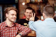Le client commande deux verres de bière Photo libre de droits