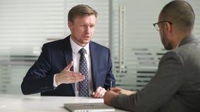 Le client de consultation sûr de poignée de main de conseiller en placements d'homme d'affaires font l'affaire banque de vidéos