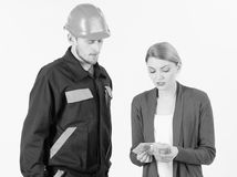 Le client donnent l'argent au dépanneur, le constructeur, mécanicien avec la boîte à outils photos libres de droits
