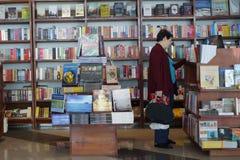 Le client fait des emplettes pour des livres dans l'aéroport de Phnom Penh, Cambodge Photographie stock