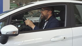 Le client masculin montre la clé par la fenêtre de voiture clips vidéos