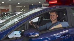 Le client masculin montre son pouce de l'intérieur de la voiture banque de vidéos