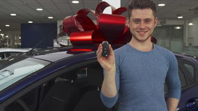 Le client masculin pose près de la voiture à la salle d'exposition banque de vidéos