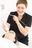 Le client obtiennent des traitements de visage par le thérapeute de sourire Images libres de droits