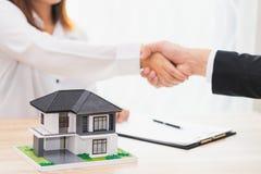 Le client ou la femme disent oui de signer le contrat de prêt pour acheter nouveau h photographie stock