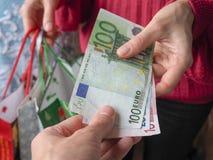 Le client paye le comptant de factures d'euro tout en faisant des emplettes Images libres de droits
