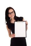Le clipboard för affärskvinnainnehav Arkivbild
