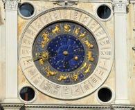 Le clocktower du repère de rue photo stock