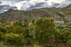 Le cloudslourd de tempêteont fermé le skyentierau-dessus du village de montagne Photo libre de droits