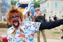 Le clown aux théâtres de rue montrent la nuit blancs festival d'air ouvert photos stock