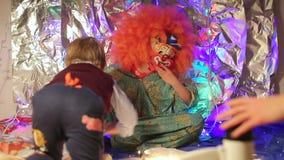Le clown rampe bébé banque de vidéos