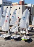 Le club de yacht japonais organise naviguer des classes pour un groupe des jeunes images stock