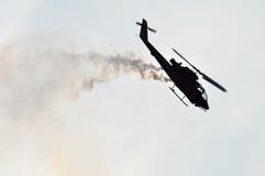 Le cobra d'air d'hélicoptère de Miliraty faisant l'élusion manoeuvre à un air Images libres de droits