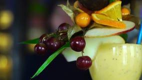 Le cocktail alcoolique avec le fruit est sur la barre clips vidéos