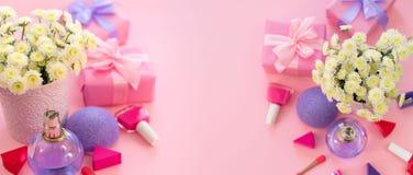 Le cocktail d'arc de boîte-cadeau de bouquet de fleurs de cosmétiques d'accessoires de femmes de mode de bannière sur l'apparteme photographie stock libre de droits